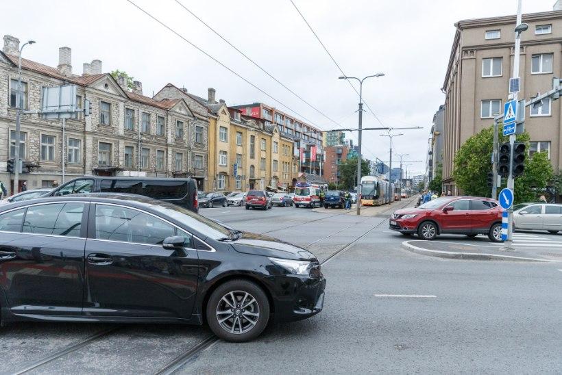 FOTOD   Tallinnas põrkasid kokku sõiduautod ja tramm