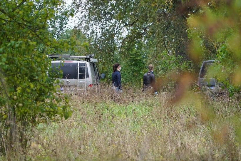 FOTOD | Politsei pidas kinni Ülle tapmises kahtlustatava mehe, kriminalistid toimetavad tema maja ümber