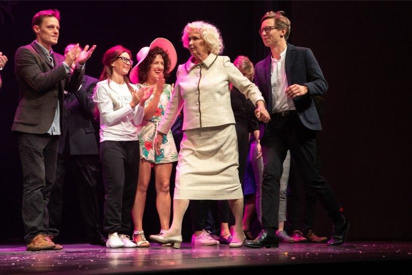 GALERII | Hip-hip, hurraa! Ugala teater tähistab 100. hooaja algust vägeva peoga