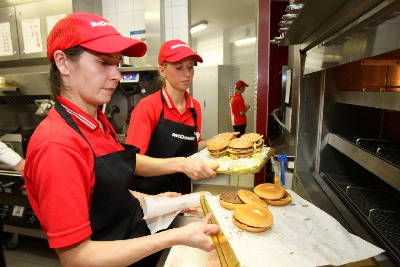 VÄGEV! Tartu Lõunakeskuse McDonalds pidi valmistama ajaloo suurima tellimuse: lahke südamega noormees tellis 1000 burgerit!