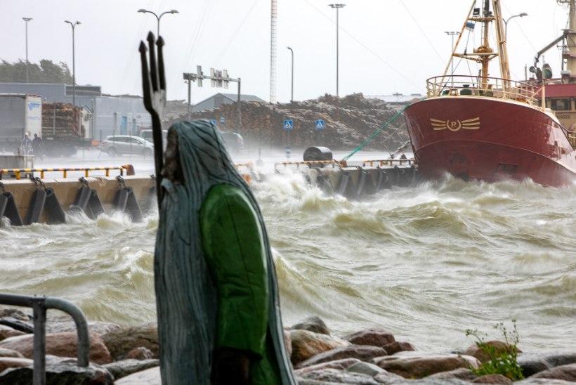 GALERII | TORM EESTIS: tõusuvesi lõikas Haapsalus spaakülastajatelt jalgtee linna