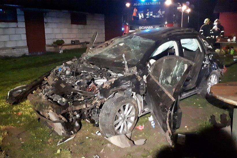 FOTOD | Mitu korda üle katuse rullunud auto jäi seisma elumaja najal