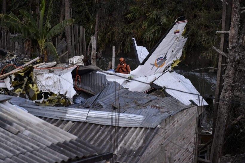 SEITSE HUKKUNUT: väikelennuk kukkus elamukvartalisse