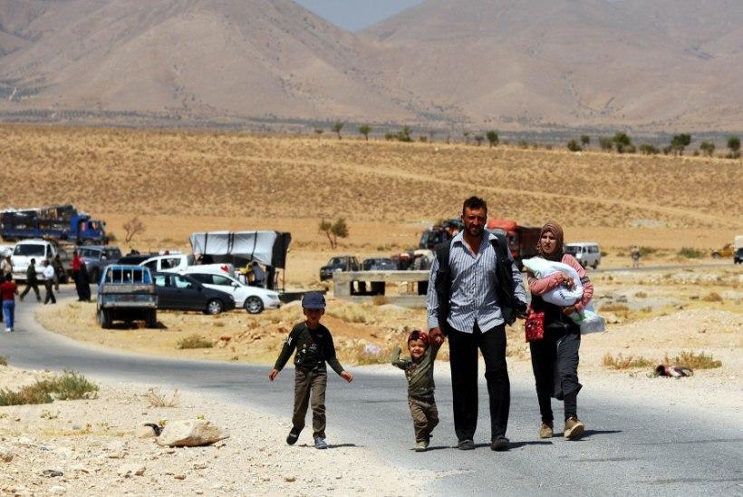 Sajad tuhanded inimesed põgenevad Süüria valitsusvägede pommitamise eest Türgi piirile