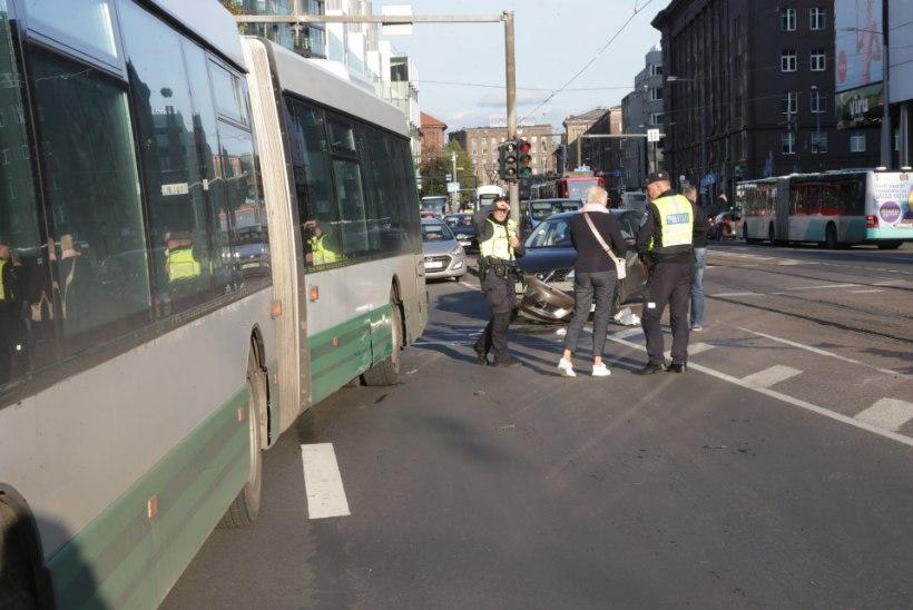 FOTOD | Tallinna kesklinnas põrkasid kokku buss ja sõiduauto