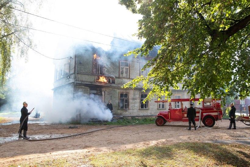 FOTOD | Karlova põles jälle: spioonifilmi ülesvõtmiseks pandi puumajale tuli otsa