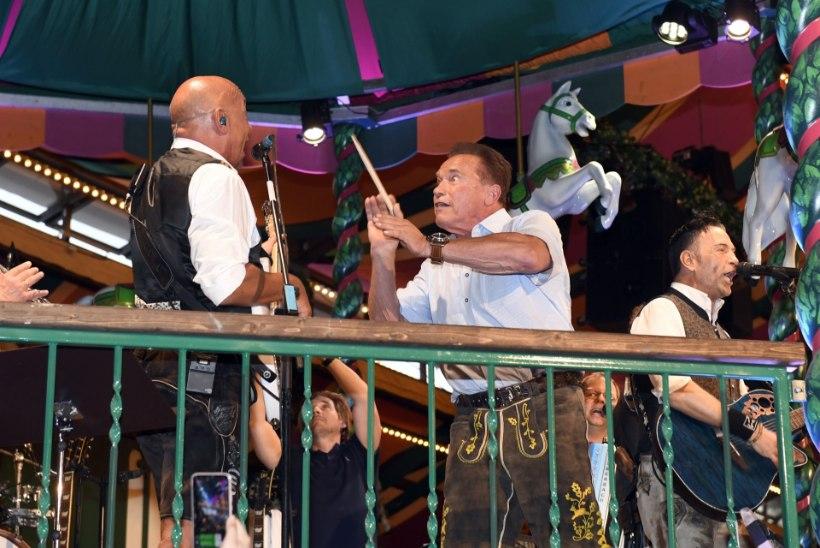 Nahkpükstega Schwarzenegger lustis pruudi seltsis Oktoberfestil