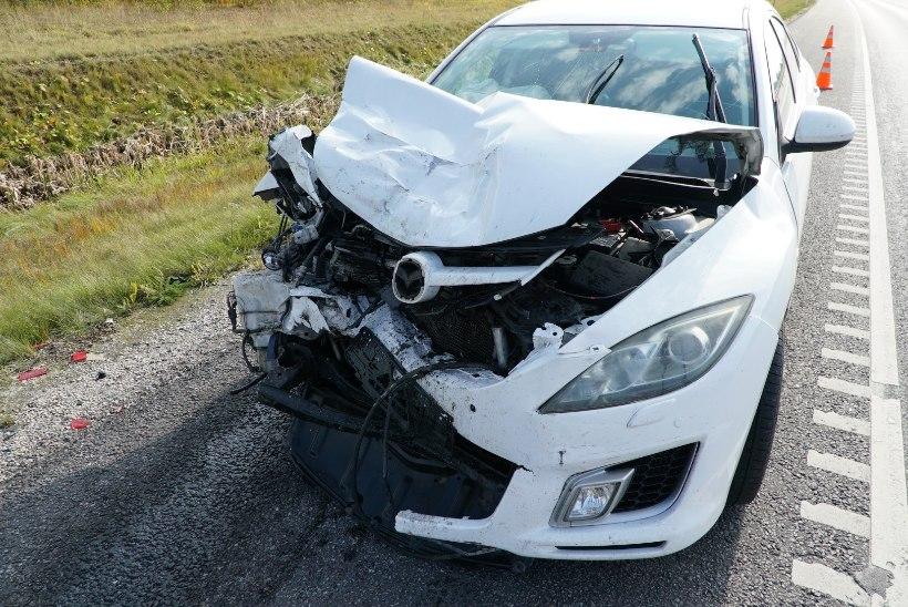 FOTOD | Mäos sõitis naine tee äärde pargitud sõiduautole otsa