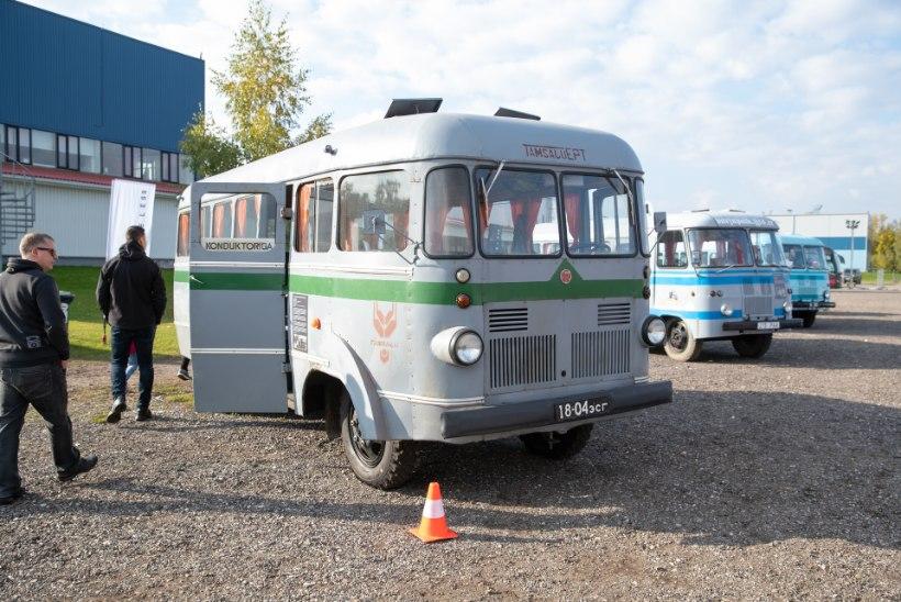 FOTOD | Retrohõnguline Motoshow: ajaloolise bussiga tutikaid autosid vaatama