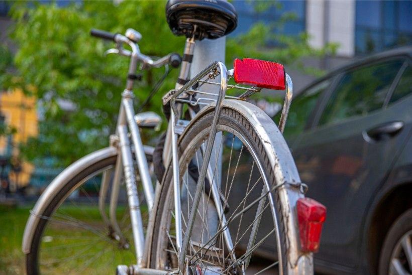 Hukkus lauluväljakul vastu posti sõitnud jalgrattur