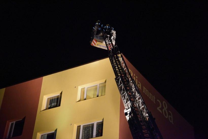 FOTOD   Päästjatele teatati, et Viljandis põleb viiekorruselise kortermaja katus