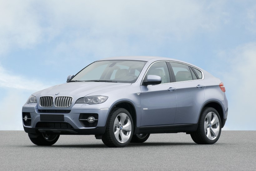 MILJONID VASAKULE: kas reisifirma eksjuht soetas naisele uhke BMW tööandja raha eest?