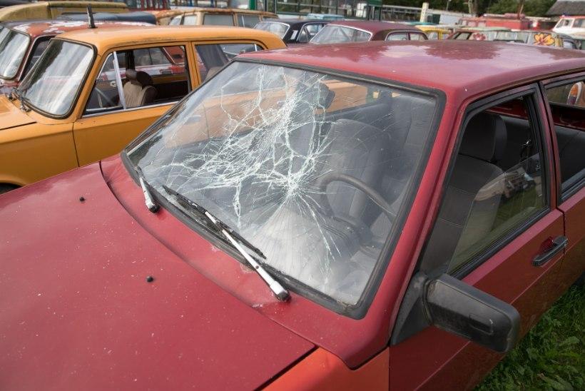 Vanatehnika varjupaigas peksis autoklaase puruks 12aastane tüdruk