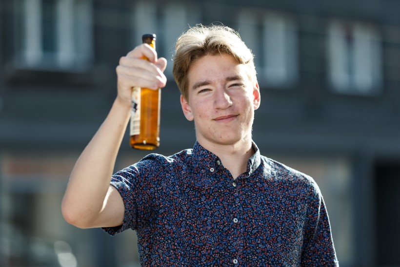 ÕL VIDEO | Eksperiment: millistes poodides küsitakse noorukilt dokumenti, kui ta ostab alkoholi ja suitsu