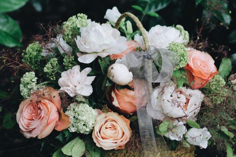 9 kaunist ideed, kuidas sättida kingituseks toodud lilled