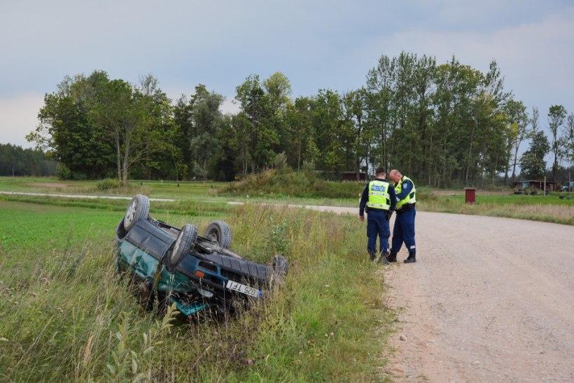 FOTOD JA VIDEO | Läti piiri lähedal paiskus katusele napsimehe auto