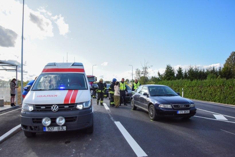 FOTOD | Viljandimaal põrkasid kokku kolm autot