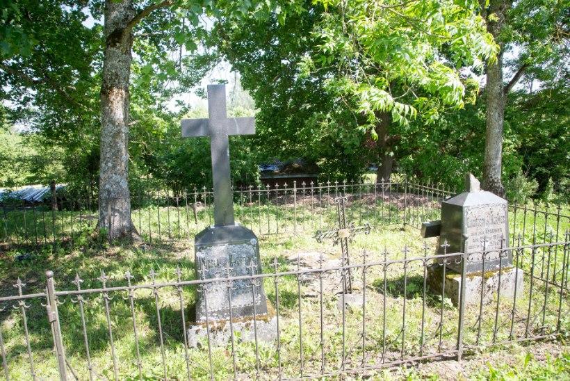 VOLDEMAR KUSLAPI KALMUKOLUMN:  Ammused hauad Koeru kirikuaias