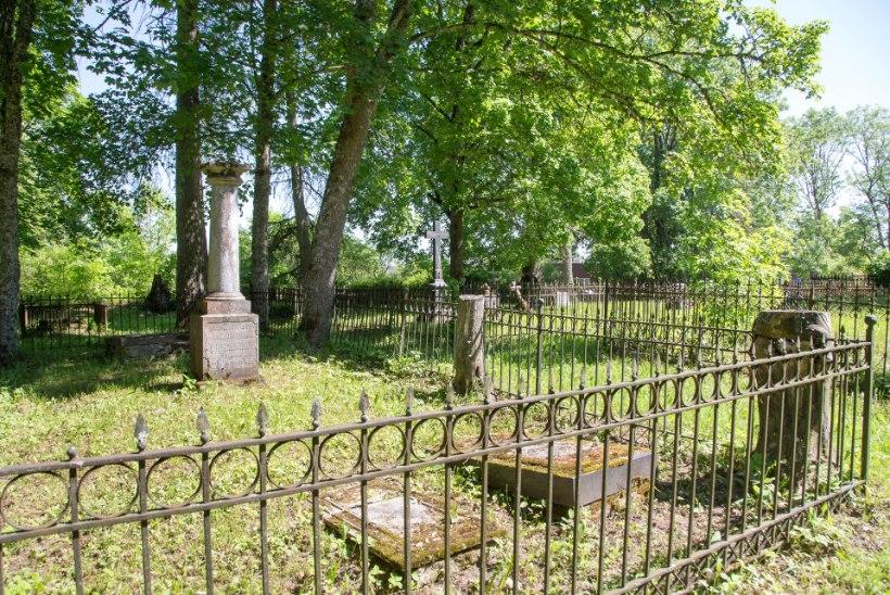 Voldemar Kuslapi kalmukolumn | Ammused hauad Koeru kirikuaias