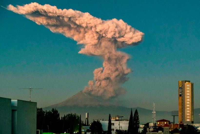 VIDEO | Vulkaanist paiskus kolme kilomeetri kõrgune suitsusammas