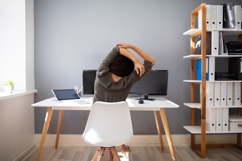 Viis venitusharjutust, mis leevendavad päev otsa istumisest põhjustatud lihaspingeid