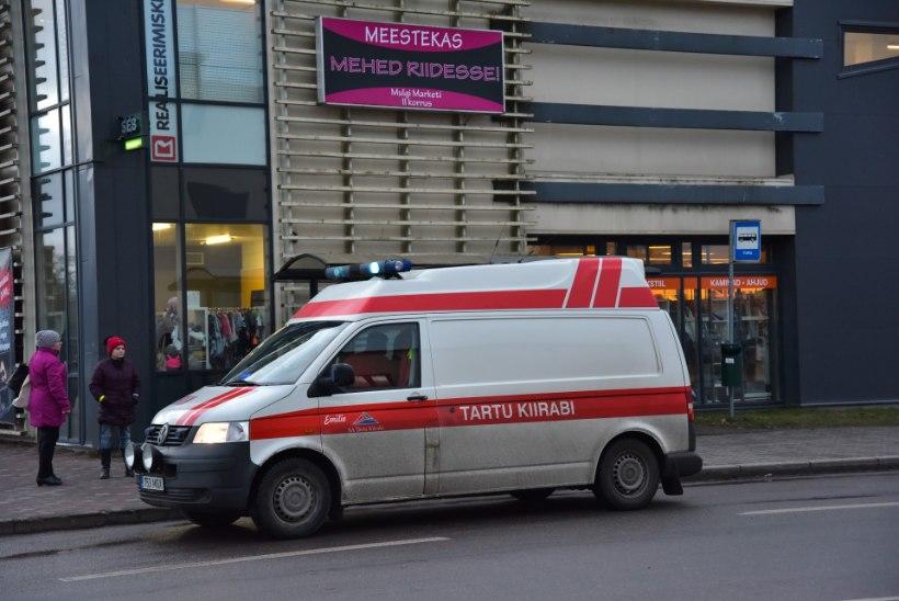 FOTOD   Viljandis sõitis autojuht eakale jalakäijale otsa