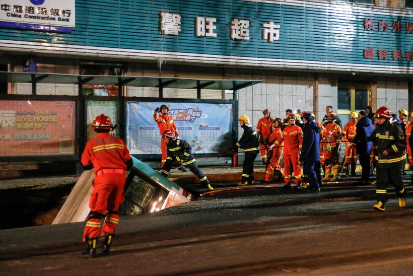 VIDEO | Hiina linna peatänaval vajus buss tervenisti maa alla
