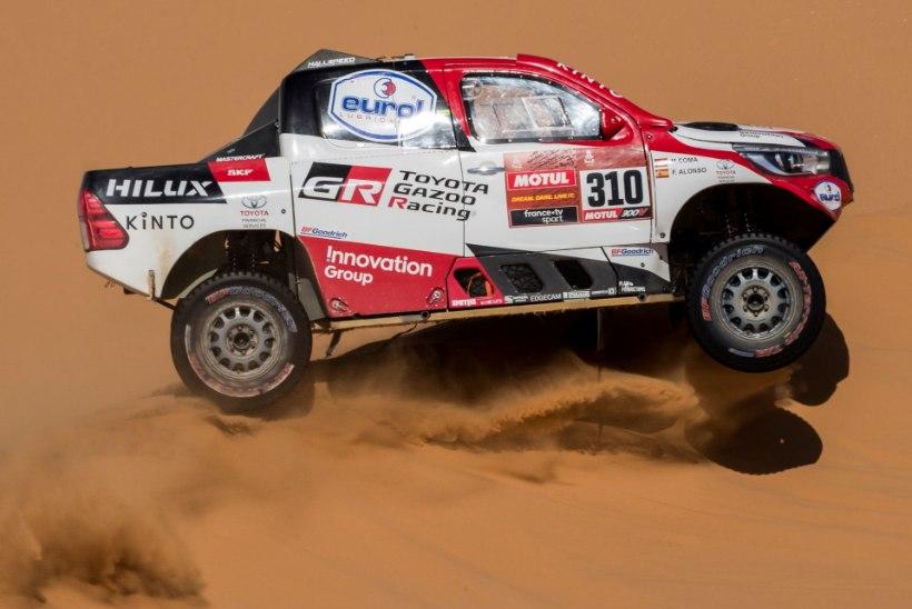 VIDEO | Kahekordne vormel 1 maailmameister veeres Dakari rallil üle katuse