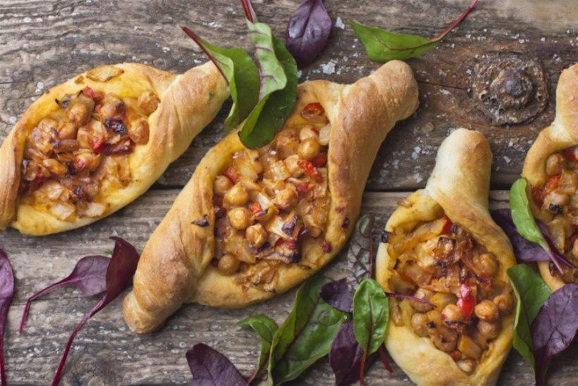 NÄDALAVAHETUSE RETSEPT | Türgipärased pide-pirukad köögiviljade ja kikerhernestega