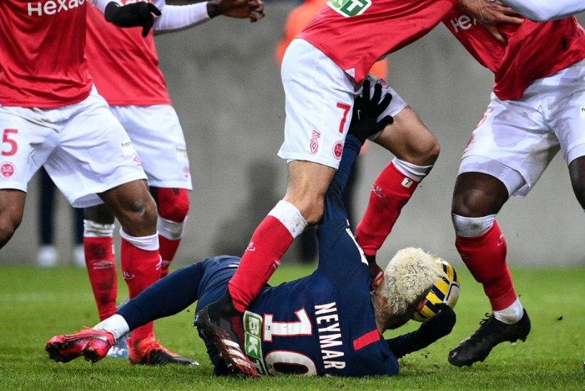 Lõbus jalgpalliõhtu: Neymar söötis tagumikuga ja Mbappe lõi käega värava