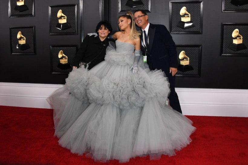 Ariana Grande saabus Grammyde jagamisele pahviks lööva kleidiga