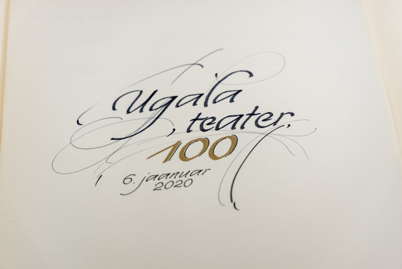 GALERII | Ugala esitles 100. sünnipäeval teatriraamatut ja postmarki