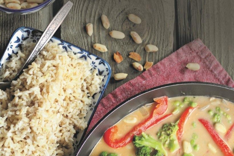 Toit kaheks päevaks: satay-kanavardad ja kana-köögivilja-maapähklikaste riisiga