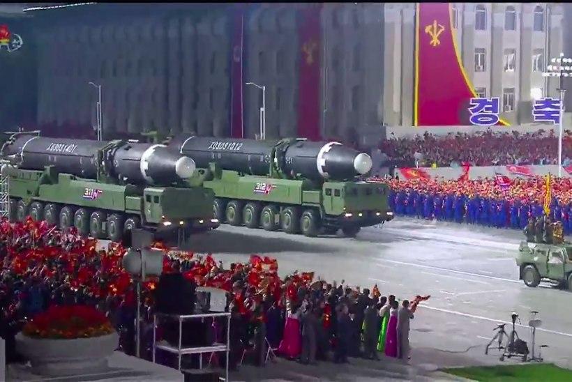 RAKETID VÄLJA: Põhja-Korea esimene paraad üle kahe aasta toimus öösel