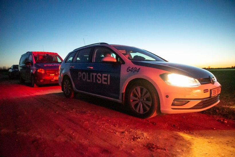 Auto oli pooleks ja mootor põles: politsei otsib Pärnumaal juhtunud liiklusõnnetuse pealtnägijaid