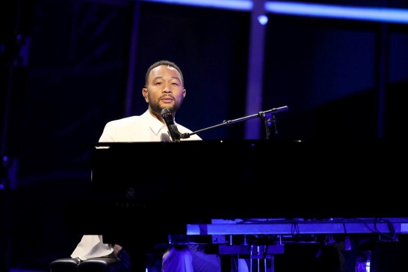 Lapsest ilma jäänud John Legend pühendas auhinnagalal laulu oma naisele Chrissyle
