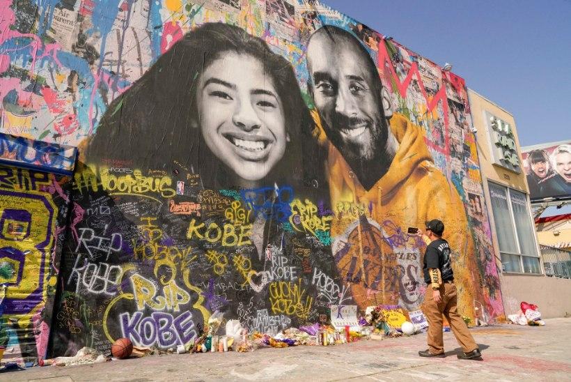 VIDEO | Lakersi fännid andsid legendaarset Kobe Bryantit solvanud mehele peksa
