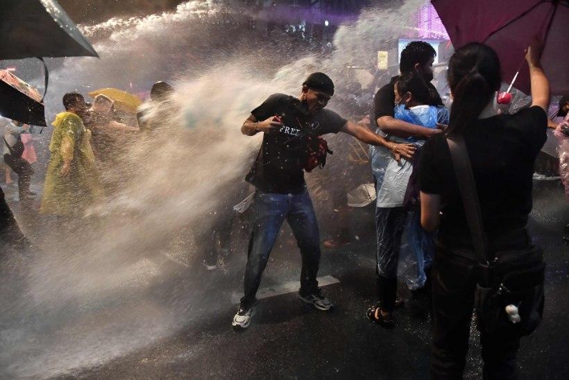 VIDEO | Tuhanded tailased protsesitvad Bangkokis, meeleavaldajate vastu kasutatakse veekahureid