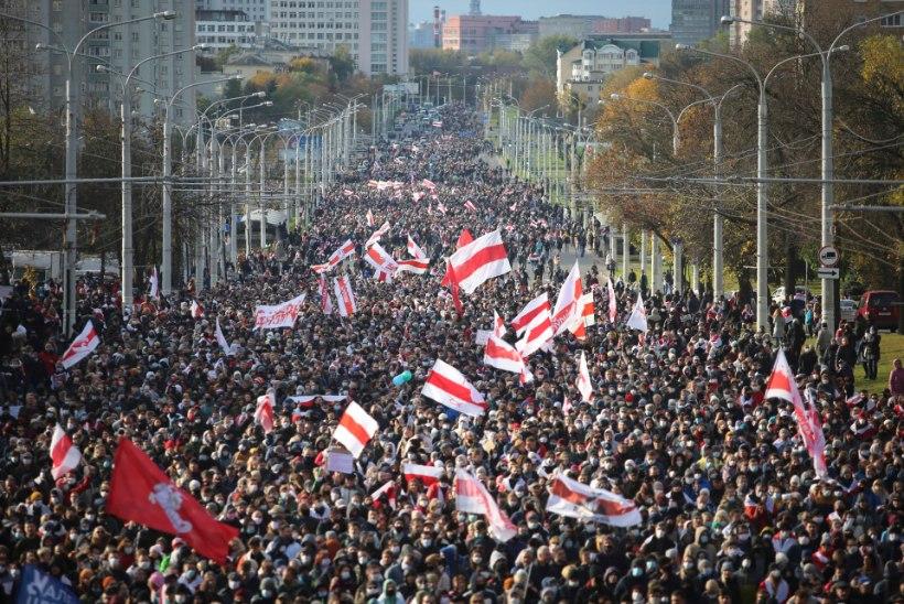 Märulipolitsei ähvardustele vaatamata valgusid Minski tänavatele kümned tuhanded protestijad