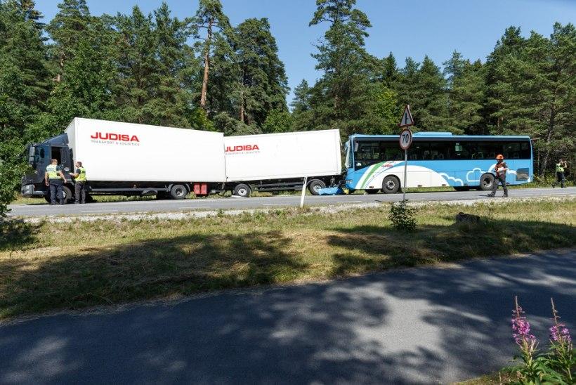 Politsei uurib kümmekonna vigastatuga bussiõnnetust