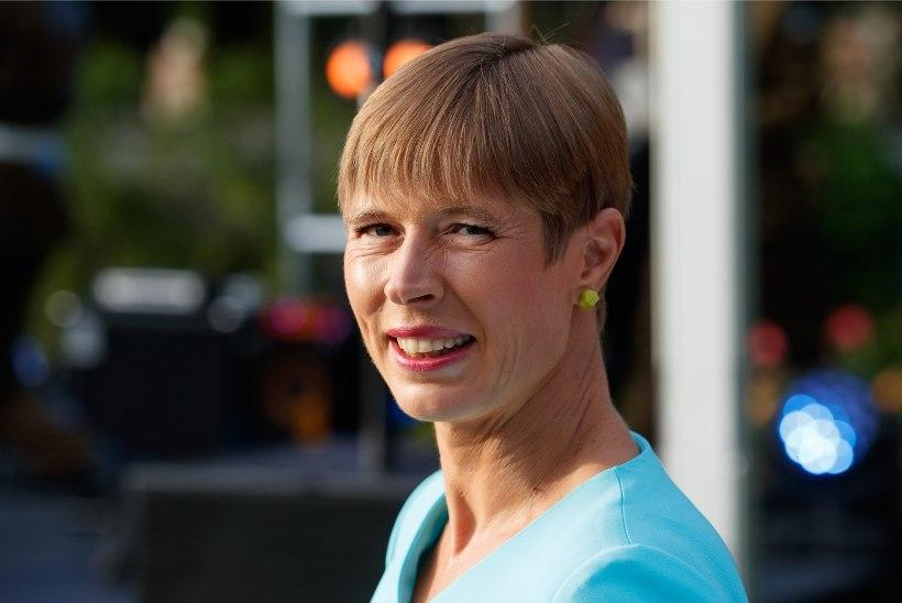 Tartu Ülikool autasustas medaliga president Kaljulaidi Eesti kõrghariduse arendamise eest