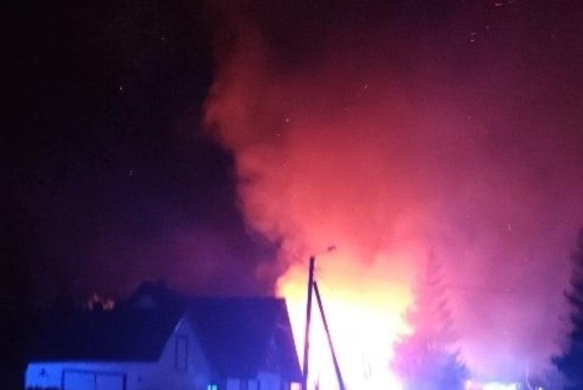 TRAAGILISE PÕLENGU NAABER: nägin, et majast tuleb suitsu. Tossu sees panid kaks meest kärakat