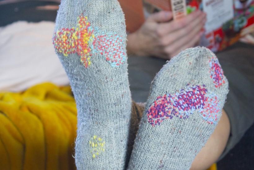 Villaste sokkide parandamine tennisepalli abil? Kohe näed, kuidas see käib!