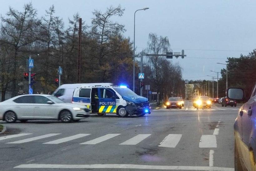 FOTOD | Politseibuss tekitas liiklusõnnetuse, eakas mees viidi haiglasse