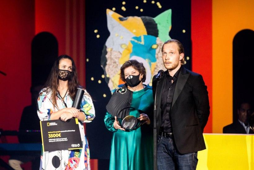 GALERII LÕPUTSEREMOONIALT | PÖFFi võitis draamakomöödia võõrahirmust, auhinnatud sai ka Eesti režissööri film