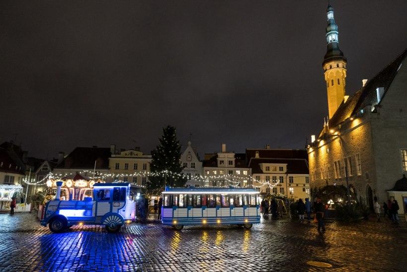 GALERII   Kuusk särab täies ilus! Tallinna raekoja jõulupuul süüdati tuled