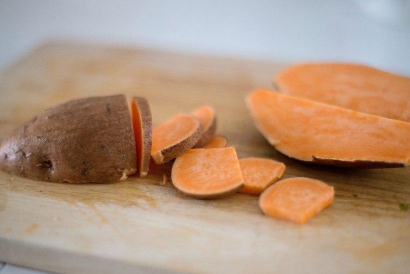 TÄIDA MAGUSKARTULIT: hummuse ja rukolaga, pestoga, avokaadopüree ja punaste ubadega ning õuna-kookosjogurtiga