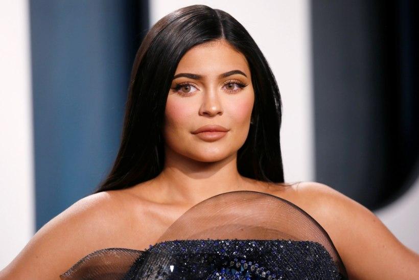 Kylie Jenner esitleb 200 miljonile fännile oma hiiglaslikku jõulupuud
