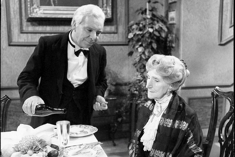 """Aastavahetuse traditsioon: milles peitub lühisketši """"Õhtusöök ühele"""" fenomen?"""