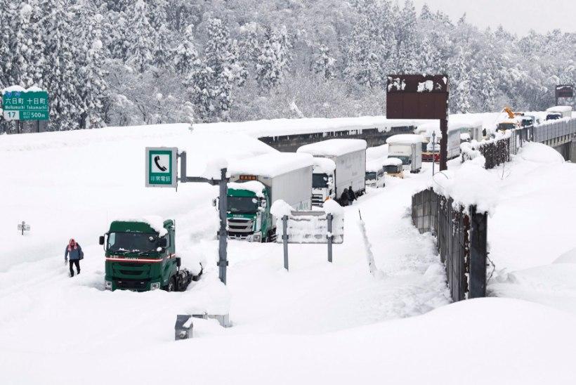 TUGEV SADU: Jaapani kiirteel jäi üle tuhande inimese lumevangi